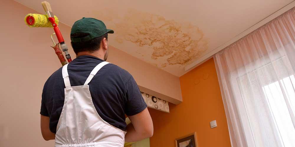 Que faut-il faire en cas de fuite d'eau plafond ?