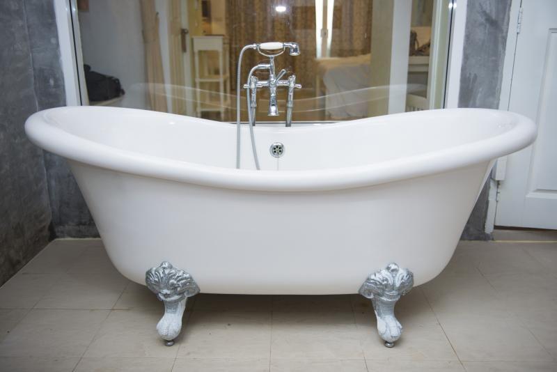 Fuite d'eau baignoire : problèmes et solutions