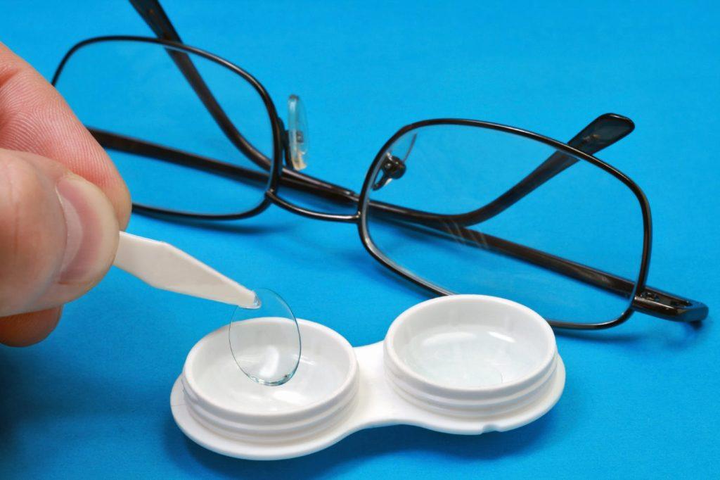 Lunettes de vue ou lentilles de contact